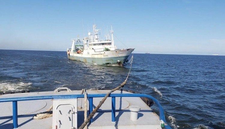 """El pesquero """"Festeiro"""", tras la estela del remolcador uruguayo """"Maneador"""""""