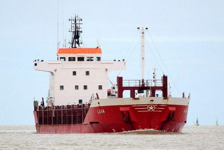 """El buque """"Laga"""", navegando por el río Guadalquivir"""