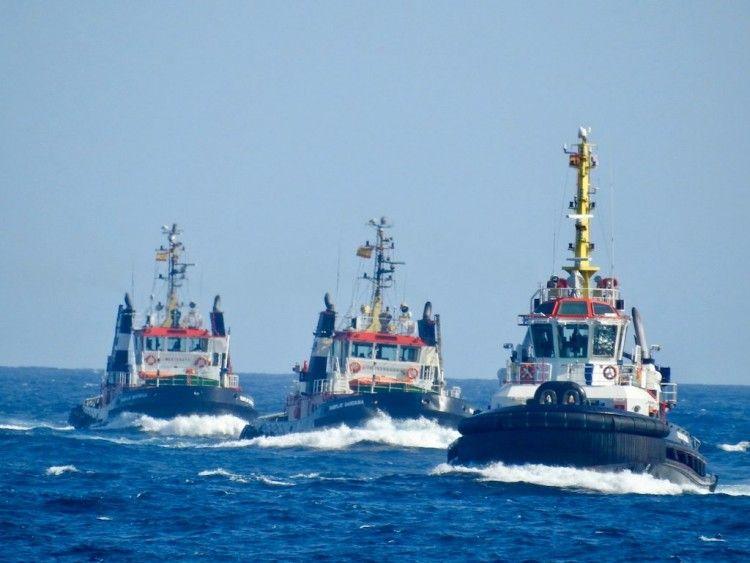 Remolcadores de Fairplay a su llegada al puerto de Las Palmas de Gran Canaria