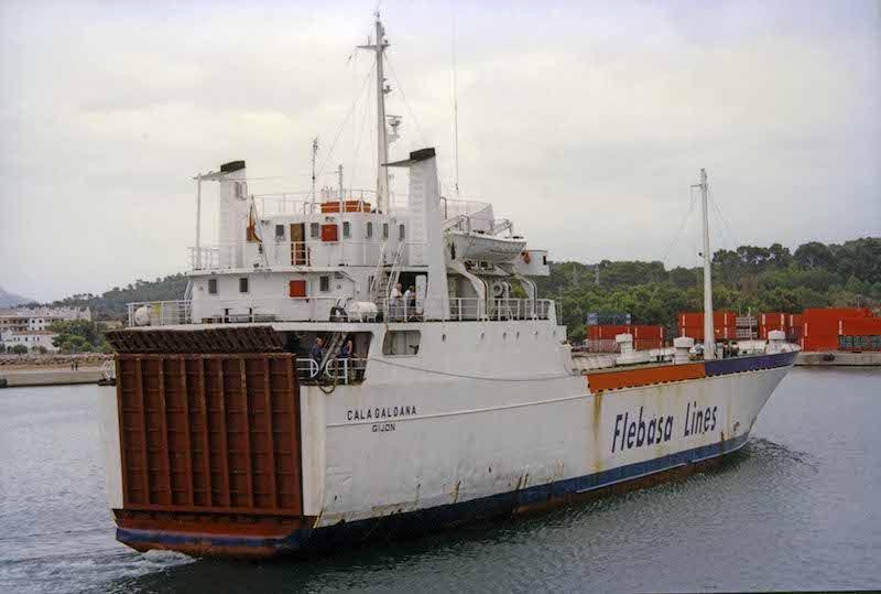 """El buque """"Cala Galdana"""", en su etapa de Flebasa, maniobra en el puerto de Alcudia"""