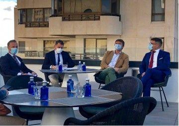 El encuentro se celebró en la terraza del hotel AC Santa Cruz