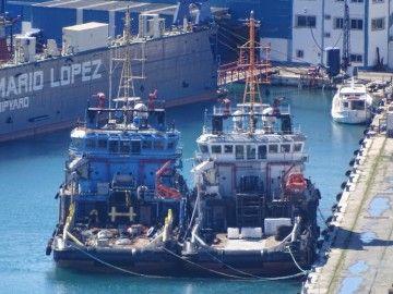 """Los remolcadores """"Sea Merlin"""" y """"Sea Macaw"""", abarloados en el puerto de Málaga"""