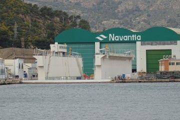 El dique flotante ya está posicionado frente a la nave central de Navantia