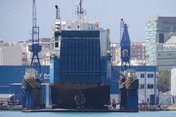 """El buque """"Festivo"""", varado en el dique flotante del puerto de Málaga"""