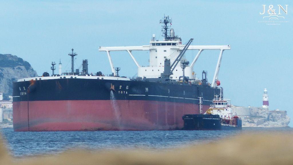 """El petrolero VLCC """"Toya"""", fondeado en la bahía de Algeciras"""