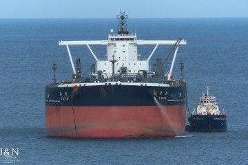 "El petrolero VLCC ""Toya"", visto de proa, fondeado en Algeciras"