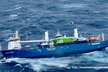 El buque tiene una escora sobre la banda de estribor