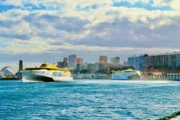"""El trimarán """"Bajamar Express"""" maniobra en el puerto de Santa Cruz de Tenerife"""