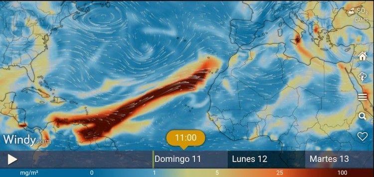 En color oscuro, la extensión de la nube de dióxido de azufre que se aproxima a Canarias