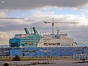 """El buque """"Regina Baltica"""", varado en el dique flotante de Cernaval"""