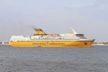 """El ferry """"Mega Express Two"""", a su llegada esta mañana al puerto de Alcudia"""