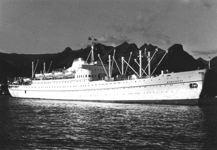 """El trasatlántico italiano """"Donizetti"""" maniobra en el puerto de Santa Cruz de Tenerrife"""