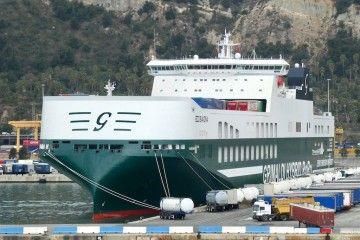 """El buque """"Eco Savona"""", atracado en el puerto de Barcelona en su primera escala"""