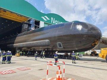 """El submarino S-81 """"Isaac Peral"""", a su salida de la nave donde ha sido construido"""