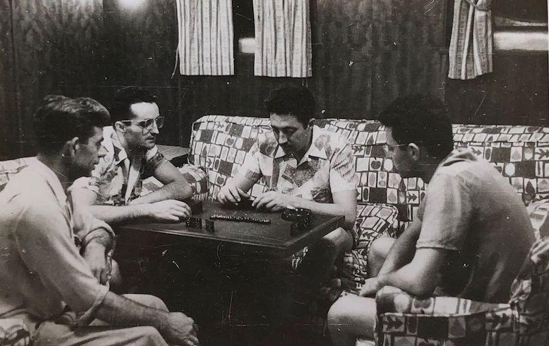 """Jugando una partida de dominó con otros oficiales en el petrolero """"Monte Estoril"""""""