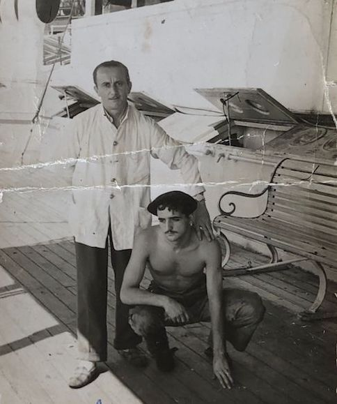 """Con el camarero de oficiales del buque """"Manuel Calvo"""""""