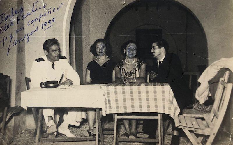 En 1949, recién salido alumno, con unos amigos en Avilés
