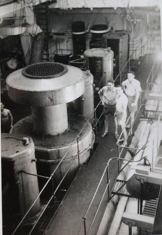 """En la sala de máquinas del petrolero """"Monte Estoril"""""""