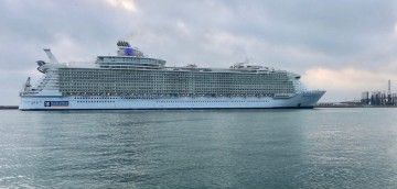 "El megacrucero ""Harmony of the Seas"", visto en toda su eslora"