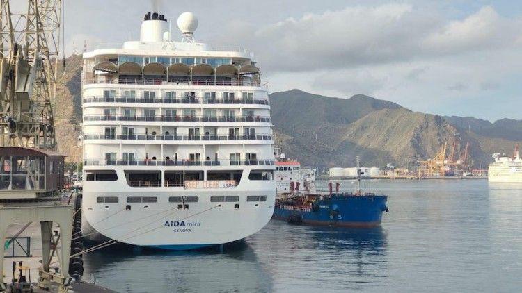 """Maniobra del petrolero """"Panamá 100"""" al costado del buque """"AIDAmira"""""""