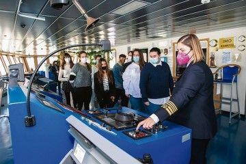 La capitán Carmen Santórum explica detalles en el puente de mando
