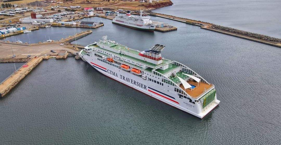 """Los buques """"Madeleine II"""" y """"Madeleine"""" coinciden en la hora del relevo"""