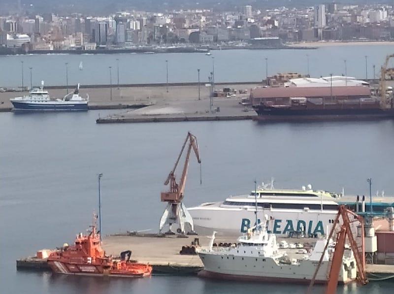 """El buque pesquero """"Magne Arvesen"""", la la izquierda de la foto"""