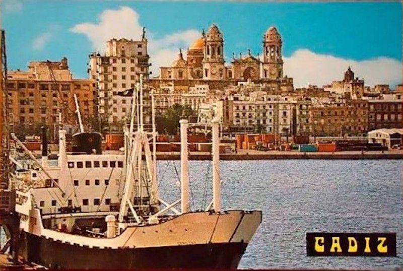 """El buque """"Comillas"""", atracado en el puerto de Cádiz"""