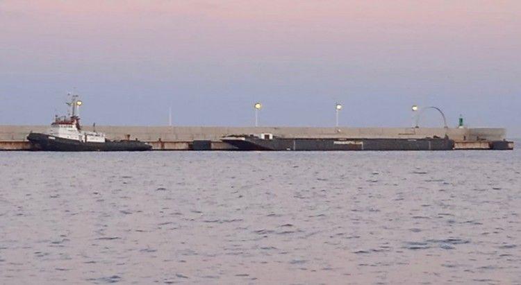 El remolcador y la barcaza, detenidos en el puerto de Algeciras