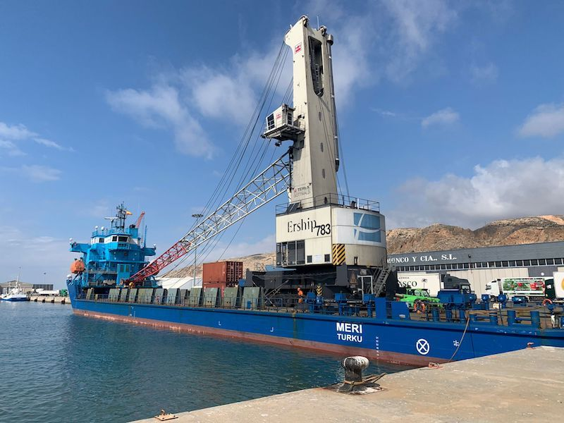 La grúa Gotwald, a su llegada al puerto de Almería