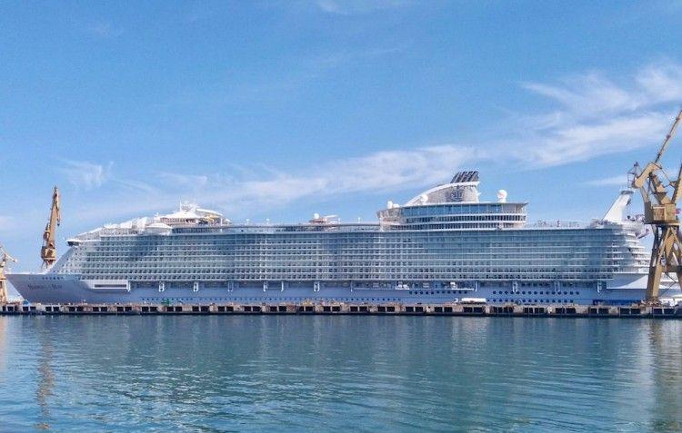 """El megacrucero """"Harmony of the Seas"""", varado en el dique número 4 de Navantia Cádiz"""