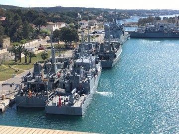 Vista parcial de la concentración de buques cazaminas en la Estación Naval de Mahón