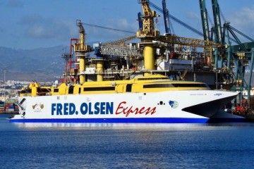 """El catamarán """"Bentago Express"""", a flote, amarrado al muelle de armamento de ASTICAN"""