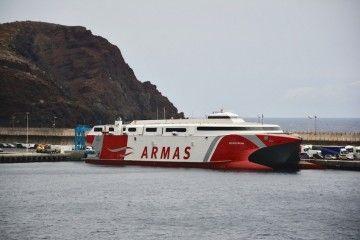 """El catamarán """"Volcán de Tirajana"""", atracado en el puerto de La Estaca"""