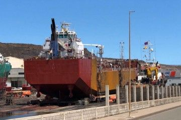 "La barcaza ""Spabunker Treinta"", varada en Repnaval Zamakona"