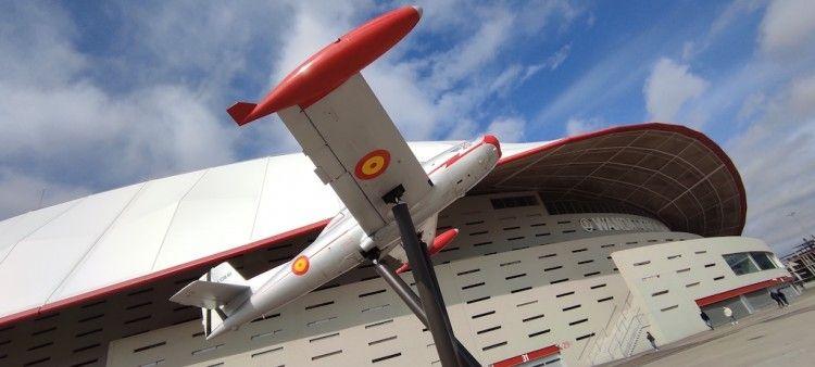 """El avión HA 200D """"Saeta"""", expuesto en las proximidades del estadio del Atlético de Madrid"""