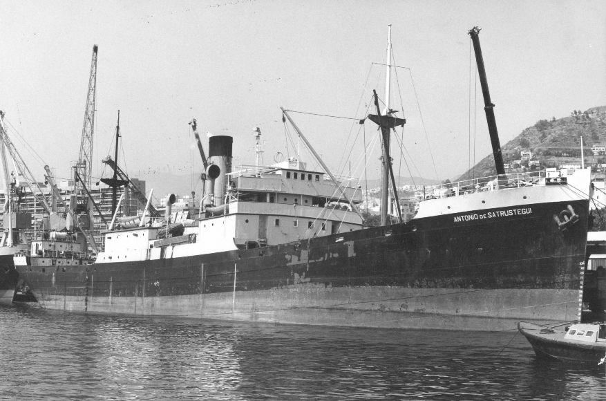 """El vapor """"Antonio de Satrústegui"""", atracado en el puerto de Santa Cruz de Tenerife"""