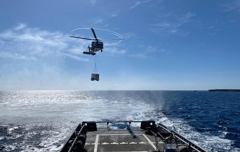 Un helicóptero iza uno de los motores diésel generadores