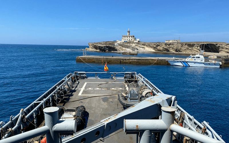 """El faro de Alborán, visto desde la popa del buque """"Mar Caribe"""""""