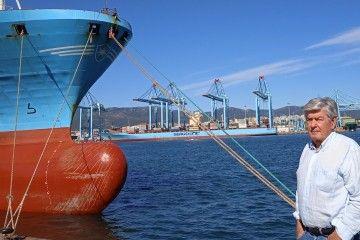 El autor, en el puerto de Algeciras. Al fondo, la terminal APM