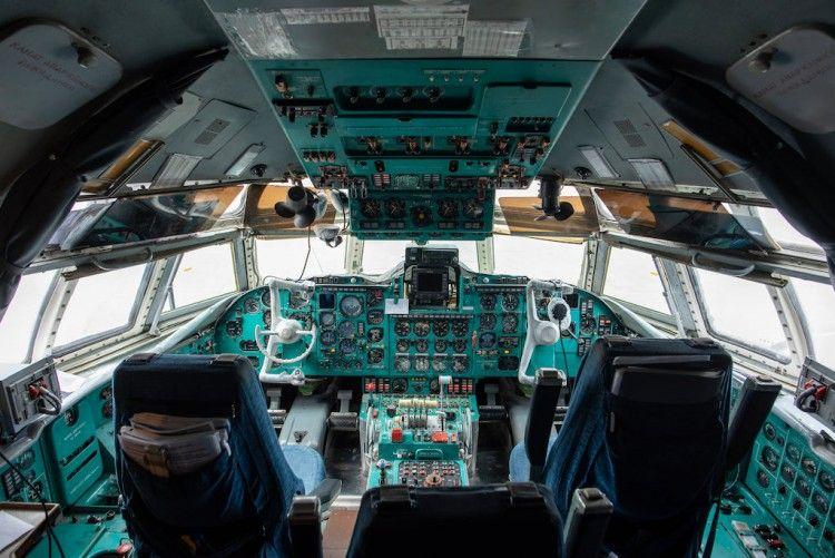 Panorámica de la cabina de mando del avión Ilyushin Il-62