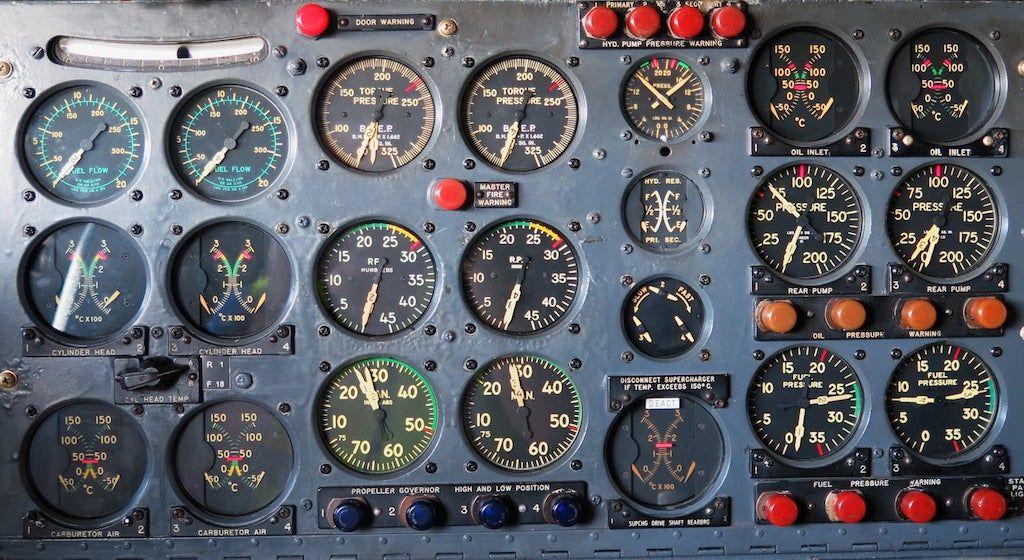 Detalle del cuadro de indicadores analógicos del avión