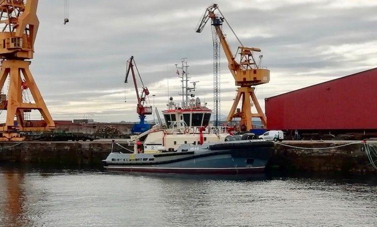 """El nuevo remolcador """"Ibias"""", atracado en el puerto de El Musel, su base de operaciones"""