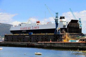 """El buque roló """"Galicia"""", varado en el dique flotante de Rodman"""