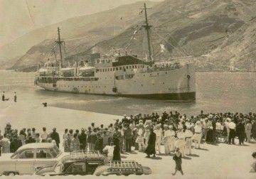 """El buque """"Ciudad de Mahón"""" maniobra en el puerto de La Estaca, El Hierro"""
