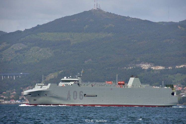 """El buque logístico """"Galicia"""", a su salida del puerto de Vigo"""