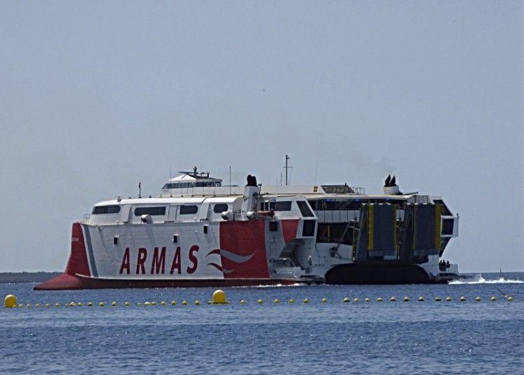 """El catamarán """"Volcán de Tirajana"""", a su salida del puerto de Los Cristianos"""