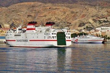 """El ferry """"Las Palmas de Gran Canaria"""" maniobra en el puerto de Almería"""