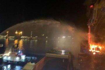 Los remolcadores de Boluda combaten el incendio