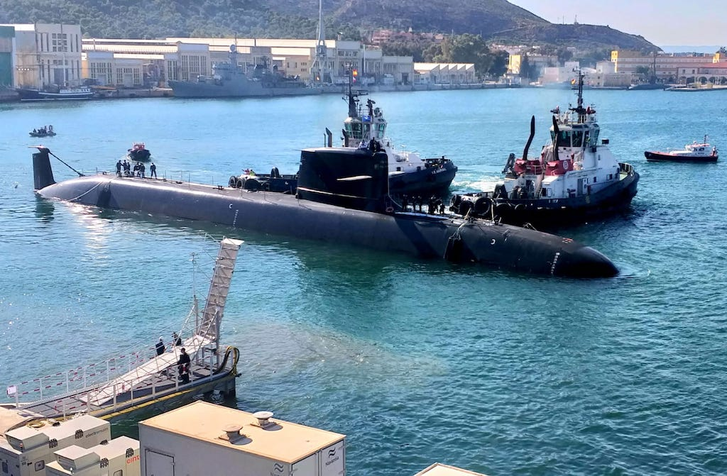 "El submarino S-81 ""Isaac Peral"", a flote, auxiliado por Boluda Towage"